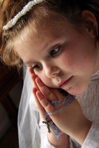 Gdzie tanio kupić sukienkę komunijną ? Przedstawiamy najciekawsze pomysły na dzień przyjęcia Sakramentu.